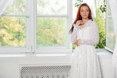 Portret van het charmante vrouw stellen in studio royalty-vrije stock fotografie