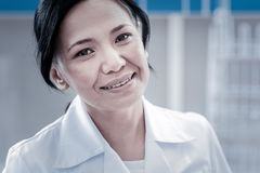 Portret van het charmante vrouwelijke arts glimlachen in camera Royalty-vrije Stock Foto