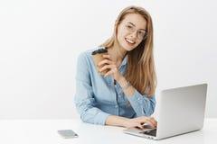 Portret van het charmeren van gelukkige en ambitieuze vrouwelijke ondernemer die nieuw project beginnen met laptop te werken die  stock fotografie