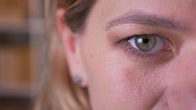 Portret van het close-up het halve gezicht van blondeleraar letten het op middelbare leeftijd calmly op in camera stock videobeelden