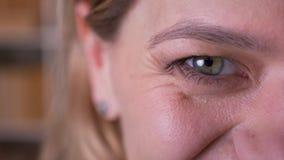 Portret van het close-up wordt het halve gezicht van blondeleraar op middelbare leeftijd uiterst gelukkig en glimlacht in camera stock footage