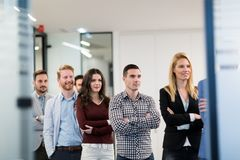 Portret van het commerci?le team stellen in bureau royalty-vrije stock foto's