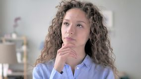 Portret van het denken krullend haarvrouw geworden nieuw idee stock video