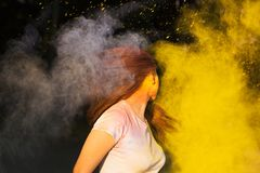 Portret van het donkerbruine vrouw spelen met droog kleurenpoeder op holi Stock Afbeeldingen