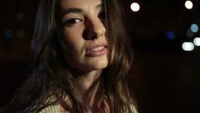 Portret van het elegante vrouw stellen in openlucht bij nacht stock footage
