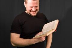 Portret van het gebaarde boek op middelbare leeftijd van de mensenlezing Royalty-vrije Stock Afbeelding
