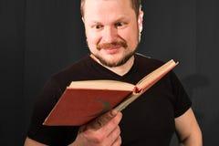 Portret van het gebaarde boek op middelbare leeftijd van de mensenlezing Stock Afbeeldingen