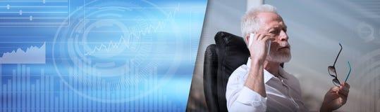 Portret van het gebaarde hogere zakenman spreken op mobiele telefoon Panoramische banner royalty-vrije stock foto's