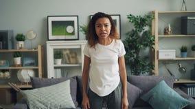 Portret van het gekke Afrikaanse Amerikaanse meisje schreeuwen, het maken van boos gezicht en het gesturing uitdrukkend negatieve stock footage