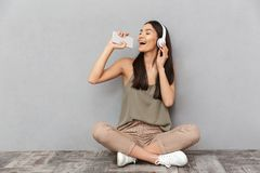 Portret van het gelukkige Aziatische vrouw zingen Stock Fotografie