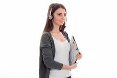 Portret van het gelukkige donkerbruine die meisje van de call centrearbeider met hoofdtelefoons en microfoon op witte achtergrond Royalty-vrije Stock Afbeeldingen