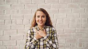 Portret van het gelukkige en opgewekte jonge vrouw glimlachen, lachend en wat betreft gezicht die opwinding en geluk uitdrukken G stock video