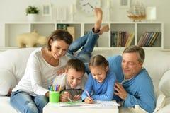 Portret van het gelukkige familie schilderen stock foto's