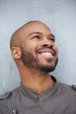 Portret van het gelukkige jonge Afrikaanse Amerikaanse mens glimlachen Stock Foto