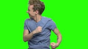 Portret van het gelukkige jonge jongen dansen met opwinding stock videobeelden
