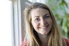 Portret van het gelukkige jonge vrouw glimlachen royalty-vrije stock fotografie