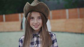 Portret van het gelukkige meisje glimlachen bij camera 4K stock video