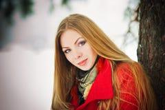 Portret van het gelukkige meisje spelen met sneeuw Stock Afbeeldingen