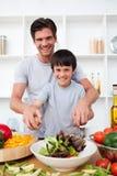 Portret van het gelukkige vader koken met zijn zoon Stock Fotografie