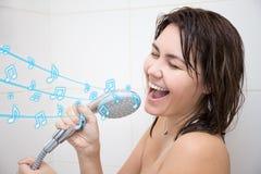 Portret van het gelukkige vrouw zingen in douche Royalty-vrije Stock Afbeeldingen