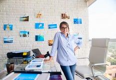 Portret van het Gelukkige Zekere Vrouwenmeisje Werken als Kunstenaar Stock Fotografie