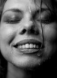 Portret van het gezicht van een meisje dat het water stroomt Stock Fotografie