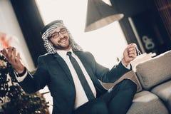 Portret van het glimlachen het Arabische werpen op zijn handen stock fotografie