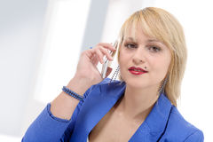 Portret van het glimlachen bedrijfsvrouwentelefoon het spreken stock foto's