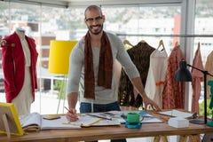 Portret van het glimlachen de mannelijke schets van de ontwerpertekening bij lijst stock afbeelding