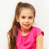Portret van het glimlachen donkerbruine zeven jaar oud meisjes Royalty-vrije Stock Foto