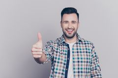 Portret van het glimlachen, gebaarde mensen gesturing duim omhoog in checkere stock foto's