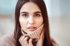 Portret van het glimlachen het Kaukasische donkerbruine jonge mooie model van de meisjesvrouw met lang donker haar en bruine ogen Stock Afbeelding