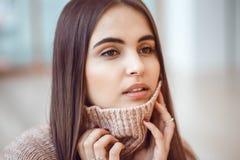 Portret van het glimlachen het Kaukasische donkerbruine jonge mooie model van de meisjesvrouw met lang donker haar en bruine ogen Royalty-vrije Stock Afbeeldingen