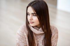 Portret van het glimlachen het Kaukasische donkerbruine jonge mooie model van de meisjesvrouw met lang donker haar en bruine ogen Stock Foto