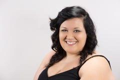 Portret van het glimlachen jong vrouwelijk model met donker haar, eerlijke huid en natuurlijke lippen Royalty-vrije Stock Afbeeldingen