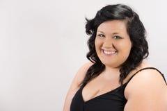 Portret van het glimlachen jong vrouwelijk model met donker haar, eerlijke huid en roze lippen Stock Afbeeldingen