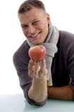 Portret van het glimlachen van de appel van de mensenholding Stock Afbeeldingen