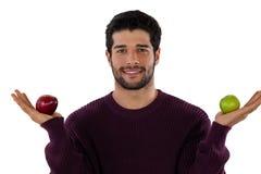 Portret van het glimlachen van de appel van de mensenholding Stock Foto's