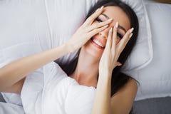 Portret van het glimlachen van vrij het jonge donkerbruine vrouw ontspannen in wh Stock Foto's