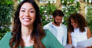 Portret van het glimlachen vrouwelijke uitvoerende status in bureau stock videobeelden