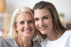 Portret van het glimlachende moeder en dochter stellen voor familie pictur royalty-vrije stock afbeelding