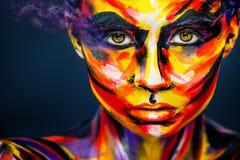 Portret van het heldere mooie meisje met kunst kleurrijke samenstelling en bodyart Royalty-vrije Stock Afbeelding
