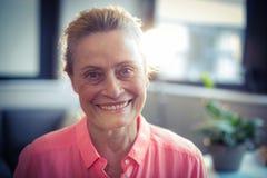 Portret van het Hogere Glimlachen van de Vrouw stock afbeelding