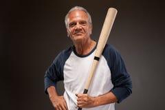 Portret van het hogere mens stellen met honkbalknuppel royalty-vrije stock afbeeldingen