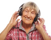 Portret van het hogere vrouw luisteren aan muziek royalty-vrije stock fotografie