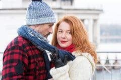 Portret van het houden van de van mens en vrouw Profielman gezicht en zoet vrouwengezicht Dame die aan de mens flirten royalty-vrije stock afbeeldingen