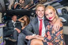Portret van het houden van van elegant paar die met vrienden in luxu reizen royalty-vrije stock foto's