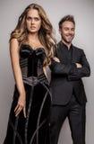 Portret van het jonge aantrekkelijke paar stellen bij studio gekleed in zwarte modieuze kleren. Royalty-vrije Stock Afbeeldingen