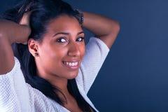 Portret van het Jonge Afrikaanse Vrouw Glimlachen Stock Fotografie