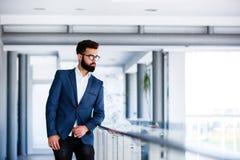 Portret van het Jonge Bedrijf ` s Coridor van Zakenmanwho posing at royalty-vrije stock foto's
